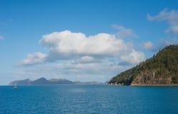 Paisaje marino de la isla con el pequeño barco de navegación Fotos de archivo libres de regalías