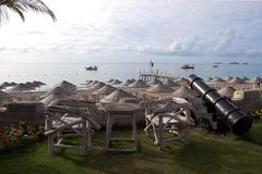 Paisaje marino de la mañana con los yates, paraguas cubiertos con paja en la playa, o Imagen de archivo libre de regalías