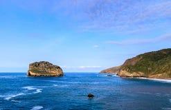 Paisaje marino de la parte inferior de San Juan de Gaztelugatxe, Bilbao en España septentrional foto de archivo