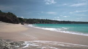 Paisaje marino de la playa del centro turístico del país de los sueños con las ondas espumosas que lavan la arena metrajes