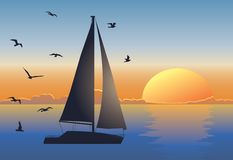 Paisaje marino de la puesta del sol con el barco de vela Imagenes de archivo