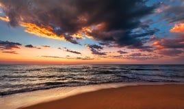 Paisaje marino de la puesta del sol con el cielo dramático fotografía de archivo