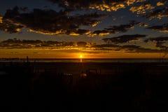Paisaje marino de la puesta del sol gloriosa en la playa de Glenelg, Adelaide, Australia fotografía de archivo
