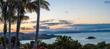 Paisaje marino de la puesta del sol y de la palmera Imagen de archivo libre de regalías