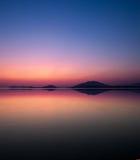 Paisaje marino de la reflexión en el crepúsculo Fotografía de archivo