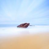 Paisaje marino de la roca, del mar y de la arena. Exposición larga. Fotografía de archivo