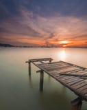 Paisaje marino de la salida del sol con el embarcadero del abandono Fotografía de archivo libre de regalías