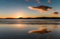 Paisaje marino de la salida del sol con reflexiones foto de archivo