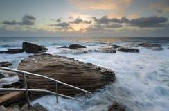 Paisaje marino de la salida del sol de Giles Baths Coogee Rock Pool Fotografía de archivo