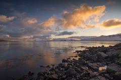 Paisaje marino de la salida del sol en Islandia en la península de Snaefellsnes con las montañas nevosas Fotografía de archivo libre de regalías