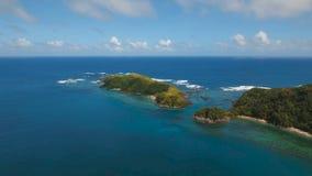 Paisaje marino de la visión aérea con la isla, la playa, las rocas y las ondas tropicales Catanduanes, Filipinas almacen de video