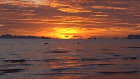 Paisaje marino de oro en la puesta del sol almacen de metraje de vídeo