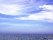 Paisaje marino de playa con mar y cielo nublado Stock Images