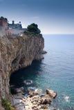 Paisaje marino de Taormina con los acantilados rocosos Foto de archivo libre de regalías