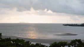 Paisaje marino del paisaje en la isla del samui con el cielo nublado almacen de metraje de vídeo