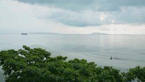 Paisaje marino del paisaje en la isla del samui con el cielo nublado metrajes