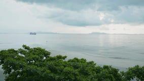 Paisaje marino del paisaje en la isla del samui con el cielo nublado almacen de video