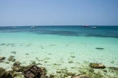 Playa tropical hermosa de la arena contra el cielo azul Fotos de archivo libres de regalías