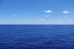 Paisaje marino del horizonte del agua en un día tranquilo Imagen de archivo libre de regalías
