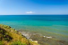 Paisaje marino del Mar Negro con las ondas en el banco escarpado Foto de archivo libre de regalías
