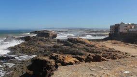 Paisaje marino del océano escénico de la playa de Marruecos Golpes de la onda en las piedras Marruecos, cuadrado de Casablanca metrajes