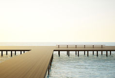 Paisaje marino del puente y cielo azul Fotos de archivo libres de regalías