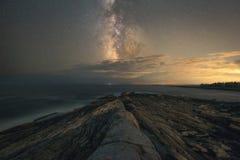 Paisaje marino del punto de Pemaquid debajo de la galaxia de la vía láctea imagen de archivo