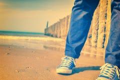 Paisaje marino del verano con el adolescente relajante Imagenes de archivo