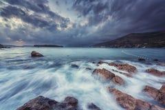 Paisaje marino dramático de la puesta del sol antes de la tormenta, Dubrovnik, Croacia imagenes de archivo