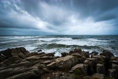 Paisaje marino dramático en las rocas de la crepe Foto de archivo libre de regalías