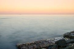 Paisaje marino durante la puesta del sol en el Odesa de Ucrania fotos de archivo