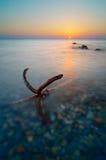 Paisaje marino en el amanecer con un ancla Imágenes de archivo libres de regalías
