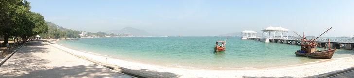 Paisaje marino en el sichang de la KOH con un puente largo Imagen de archivo