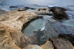 Paisaje marino en la costa del Mar Negro cerca de Ravda, Bulgaria Salida del sol rocosa Foto de archivo libre de regalías