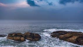 Paisaje marino en medio de los cantos rodados, de las rocas y de las ondas foto de archivo libre de regalías