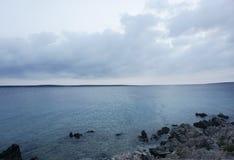 Paisaje marino en un día nublado y tempestuoso Fondo azul de la acuarela foto de archivo libre de regalías