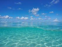Paisaje marino encima debajo del fondo del mar arenoso subacuático de la laguna Imagen de archivo libre de regalías