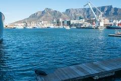 Paisaje marino escénico de la montaña de la tabla y del puerto Foto de archivo