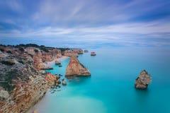 Paisaje marino hermoso con colores irreales del azul de cielo portugal Imagen de archivo libre de regalías
