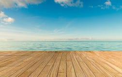 Paisaje marino hermoso con el embarcadero de madera vacío Foto de archivo libre de regalías