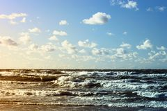Paisaje marino hermoso con las ondas del mar, el cielo azul y las nubes de cúmulo blancas Paisaje tropical de las vacaciones de v Fotos de archivo libres de regalías