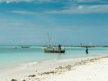 Paisaje marino hermoso con los barcos de pesca cerca de la costa africana Fotos de archivo libres de regalías