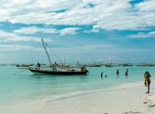 Paisaje marino hermoso con los barcos de pesca cerca de la costa africana Foto de archivo libre de regalías