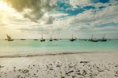 Paisaje marino hermoso con los barcos de pesca cerca de la costa africana Foto de archivo