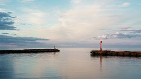 Paisaje marino hermoso de la entrada en puerto en Letonia Paisaje marino Nubes hermosas fotos de archivo libres de regalías