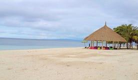 Paisaje marino hermoso de la playa blanca de la arena con los asientos coloridos en el gazebo agradable en día nublado en la isla fotos de archivo libres de regalías