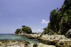 Paisaje marino hermoso en la isla de Kapas, Malasia con el fondo del agua clara y del cielo azul Fotos de archivo