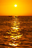 Paisaje marino hermoso Puesta del sol tropical del mar con el barco en verano Foto de archivo