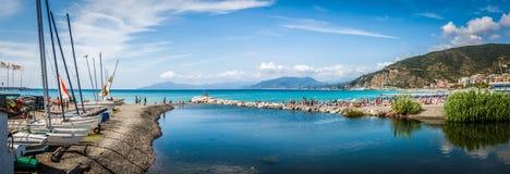 Paisaje marino italiano del verano con los barcos y la playa Foto de archivo