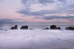 Paisaje marino la suavidad empañó ondas en el amanecer Fotos de archivo libres de regalías